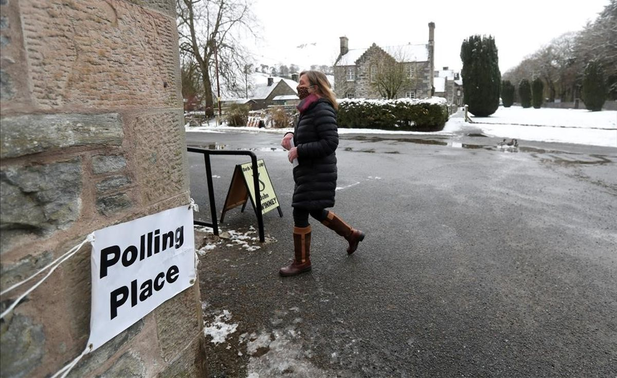 Una votante entra en el colegio electoral, en Blair Atholl, Escocia.