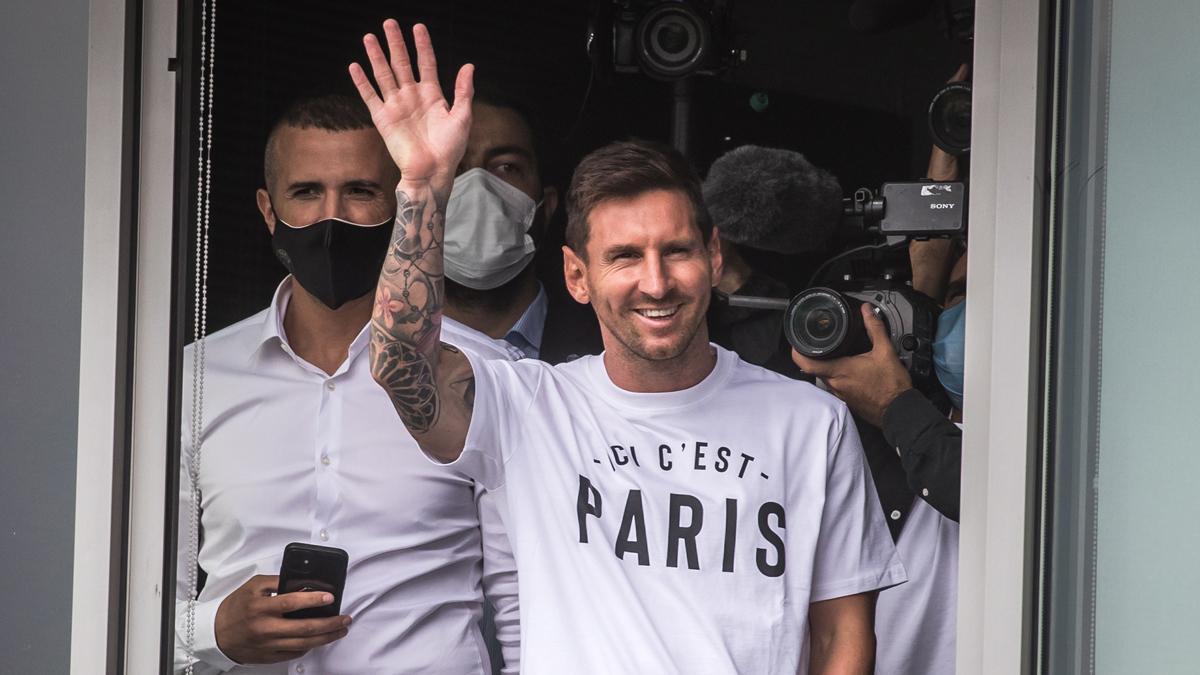 Leo Messi ya está en París para firmar con el PSG