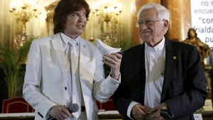 Camilo Sesto y el padre Ángel, este lunes, enla iglesia de San Antón de Madrid para presentar el sencillo 'Padre nuestro'.