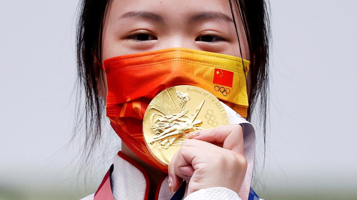 La primera medallistas de los Juegos de Tokio, la tiradora de rifle china Yang Qian