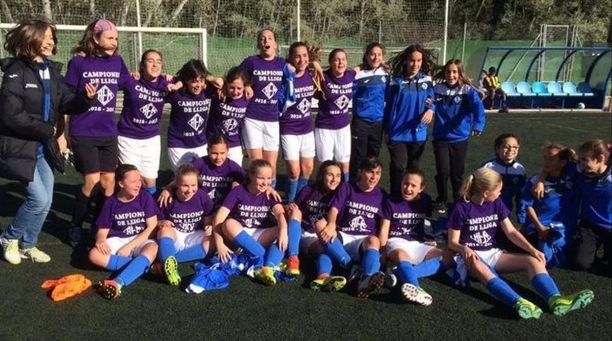 Las niñas del infantil del AEM, de Lleida, celebran el título de liga conquistado contra equipos masculinos.