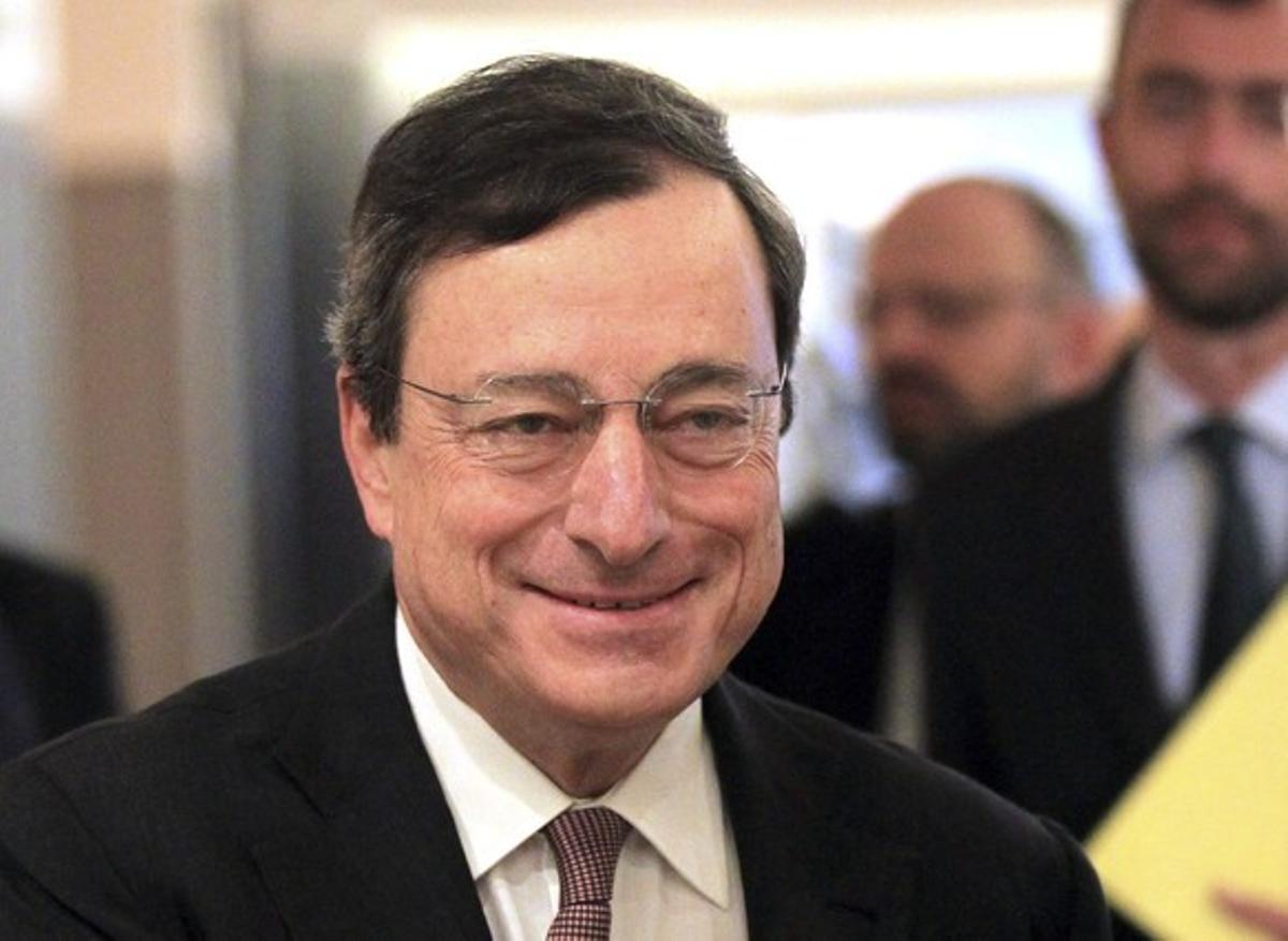 Mario Draghi sonríe a su llegada a la Comisión de Asuntos Económicos y Monetarios del Parlamento Europeo en Bruselas