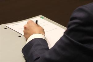 Pere Aragonès firma el decreto de aplazamiento de las elecciones.