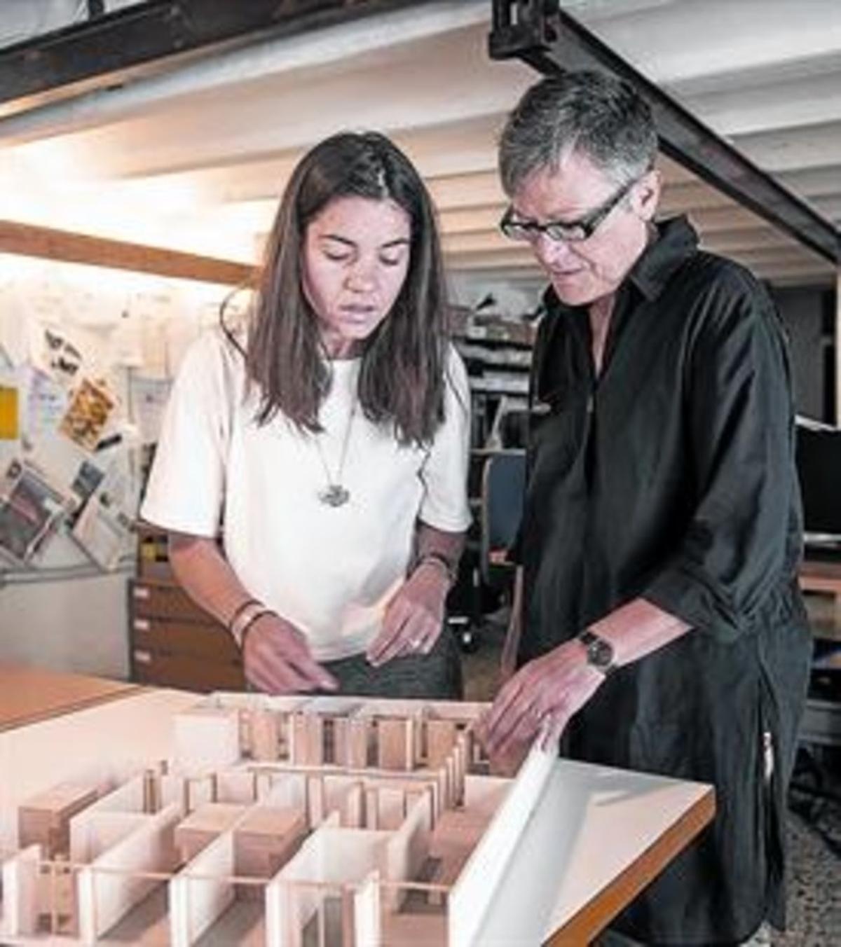 MAQUETA Gamboa y Mestres (dcha.), observan la miniatura de La Borda.