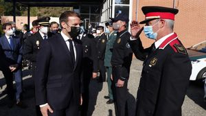 El presidente francés, Emmanuel Macron, saluda a las autoridades locales a su llegada al Centro de Cooperación Policial y Aduanera de El Pertús, este jueves.