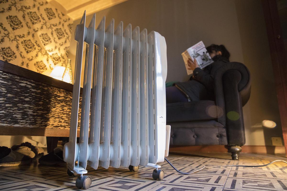 Una mujer se protege del frío en casa