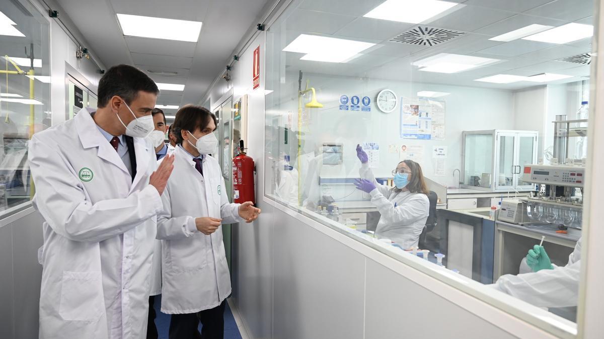 El presidente del Gobierno, Pedro Sánchez, durante su visita este 14 de mayo a los laboratorios del grupo Rovi en Granada, desde donde la farmacéutica española colaborará con Moderna participando en la producción del principio activo de su vacuna, el ARN mensajero.