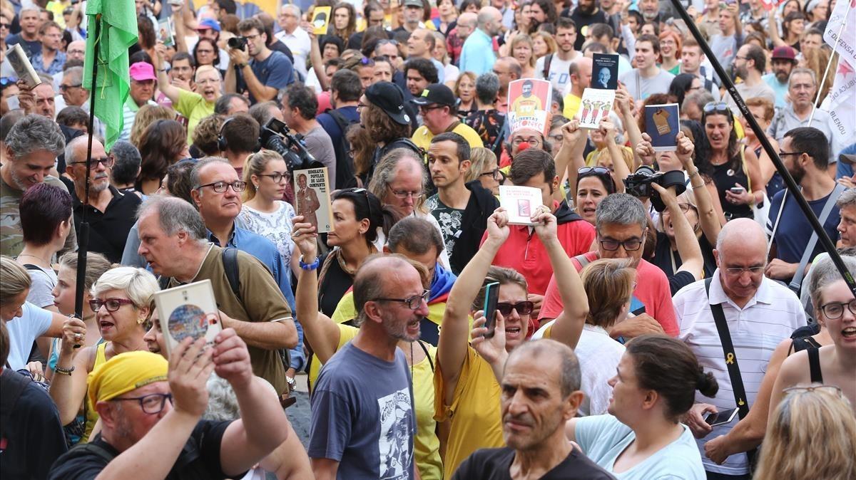 Manifestación en la plaça Sant Jaume convocada por la plataforma independentista 'Acampada per la Llibertat'.