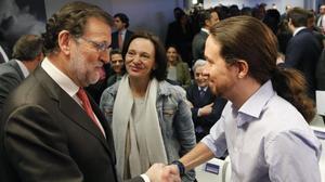 Mariano Rajoy y Pablo Iglesias se saludan, ante la mirada de Carolina Bescansa, en el acto de entrega de los premios Efe Cultura.