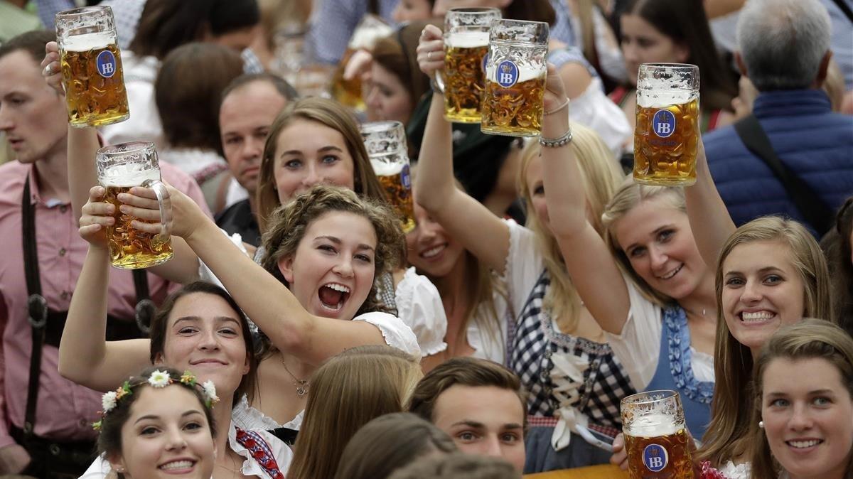 Unas jóvenes celebran la Oktoberfest, el pasado 7 de octubre en Múnich.