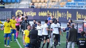 Los jugadores del Valencia decidieron abandonar el campo tras el incidente entre Cala y Diakhaby.