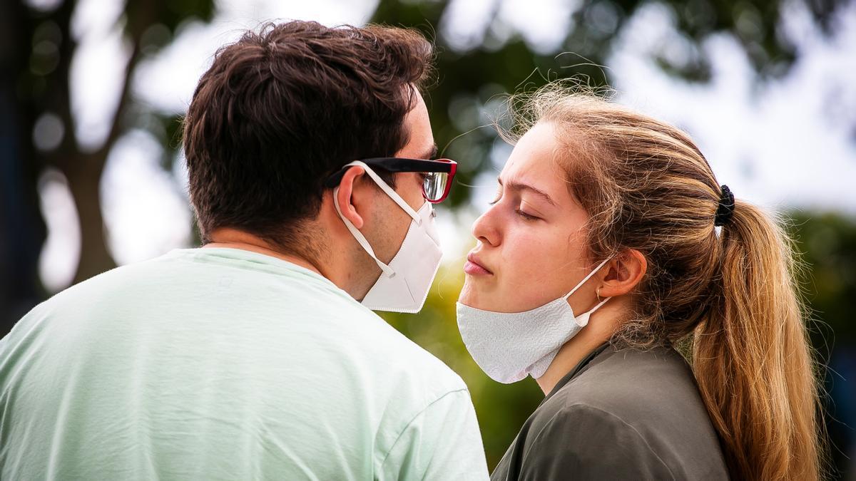 ¿Sabías que besar ayuda a perder peso?