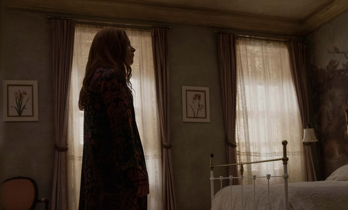 Lauren Ambrose en una imagen de la segunda temporada de 'Servant'.
