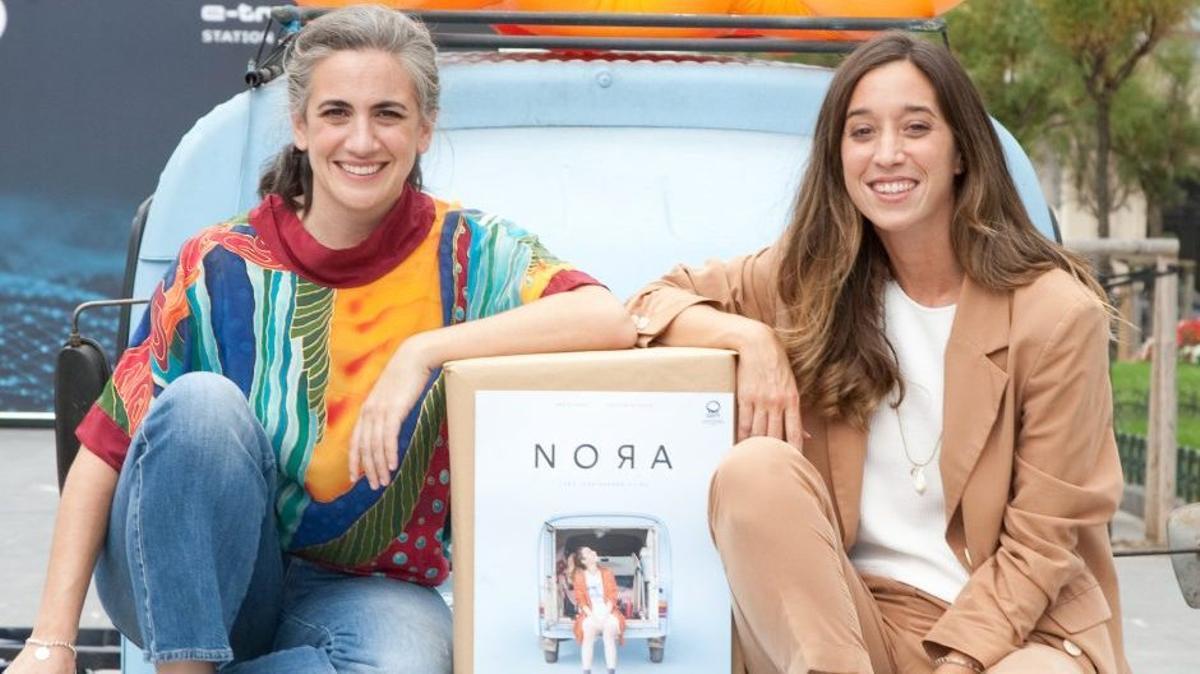 Lara Izagirre (izquierda) y Ane Pikaza junto al coche, durante la presentación del filme.