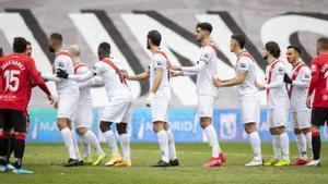 Jugadores del Rayo esperan una acción de estrategia frente al Mallorca.