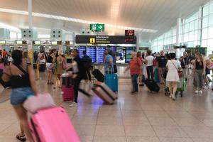 El Govern imposa uns serveis mínims del 90% en la vaga de seguretat de l'aeroport del Prat