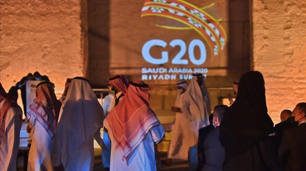Imagen del logotipo del G20 proyectado en la ciudad de Riad, ante la cumbre del 21 y 22 de noviembre.