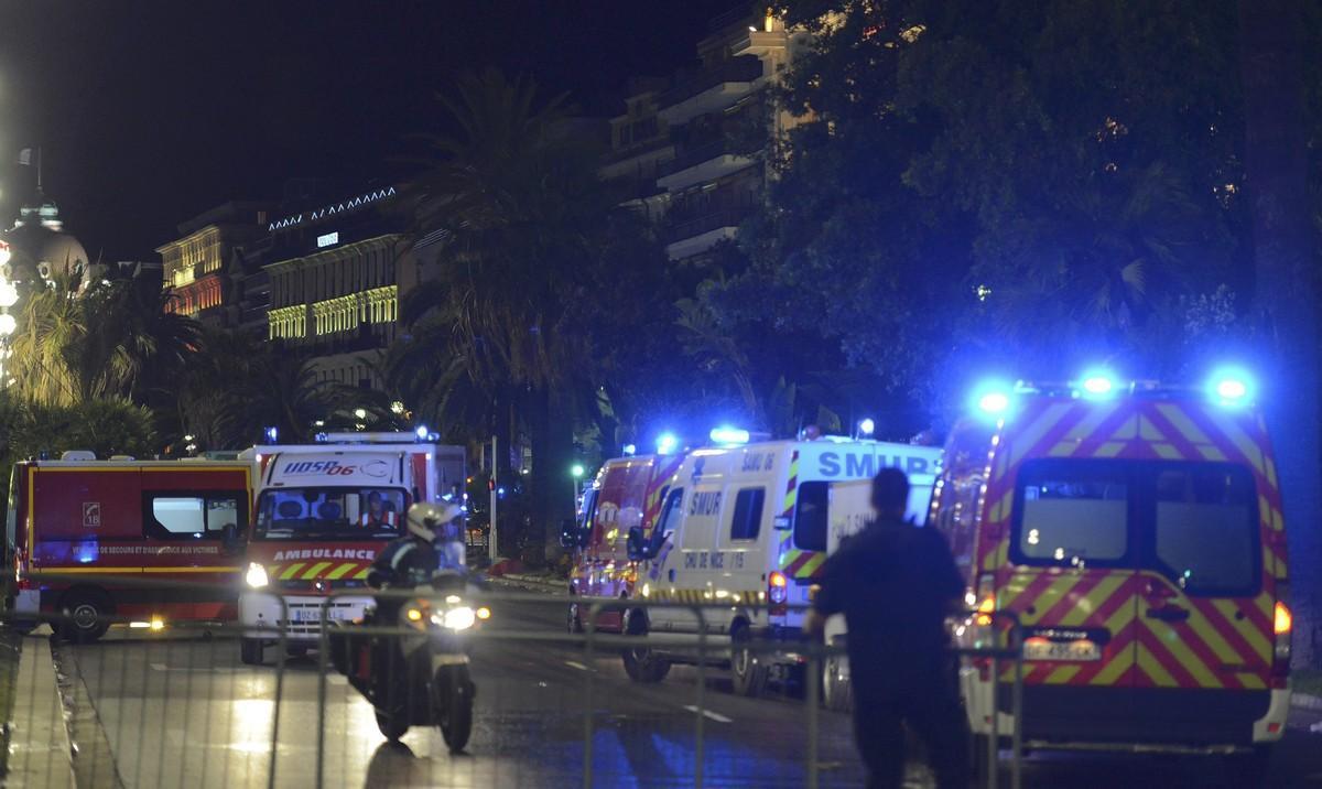 Policías y personal de emergencias en el lugar del atentado con un camión en Niza.