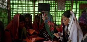 Niñas rohinyás, en una clase de recitación del Corán en un campo de refugiados.