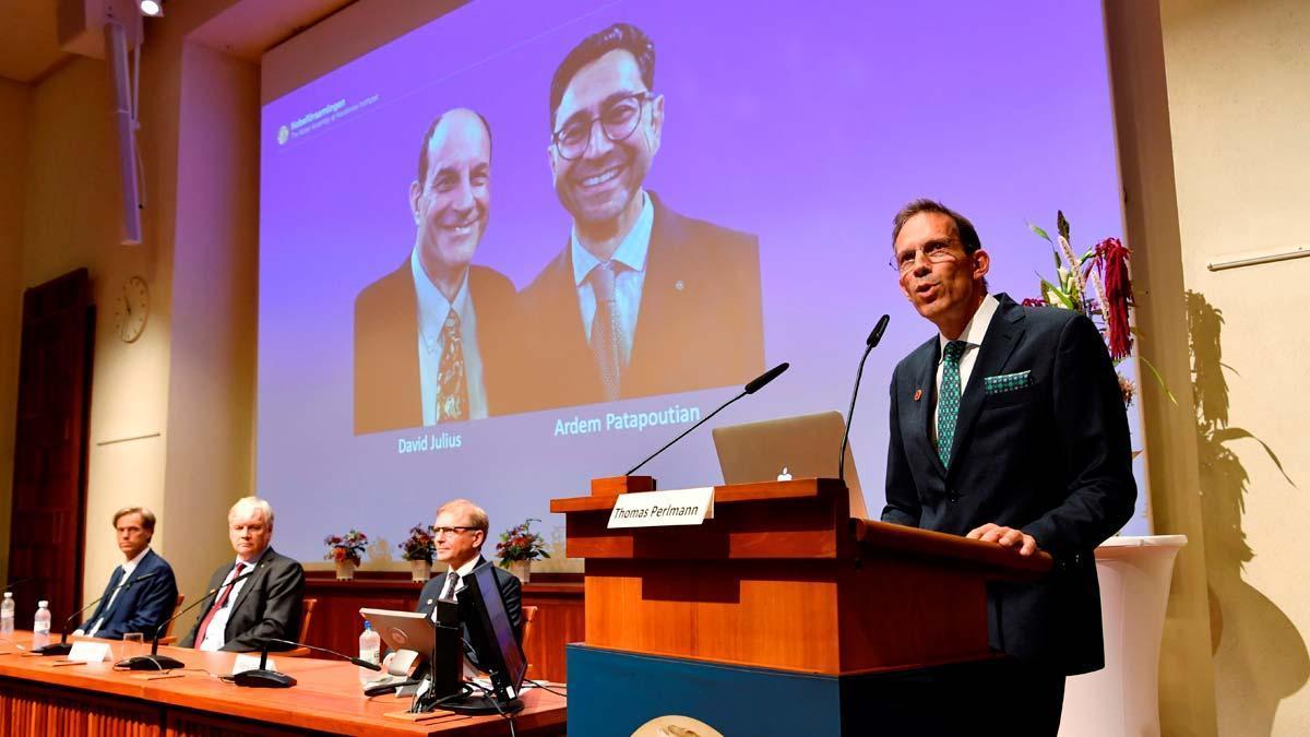 Nobel de Medicina para Julius y Patapoutian por sus hallazgos sobre el tacto. En la foto, sus rostros en la pantalla, durante el anuncio de los premios, en Estocolmo.