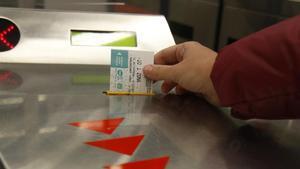 Un usuario de metro valida su tarjeta T-10