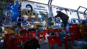 Velasy muestras de pésame por la muerte de Diego Armando Maradona a las afueras del estadio del Nápoles.