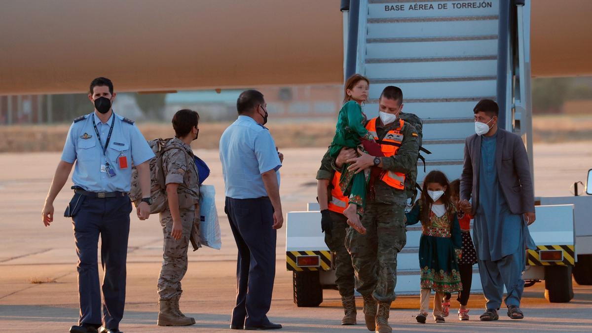 Llegada de los pasajeros del segundo avión fletado por España para evacuar a españoles y afganos del país asiático, este viernes,en la base aérea militar de Torrejón de Ardoz (Madrid).