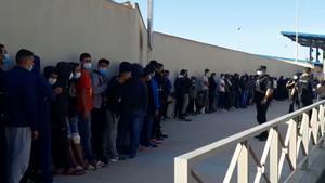 Centenares de marroquís colapsan la oficina de asilo de la frontera entre Ceuta y Marruecos para pedir una cita.