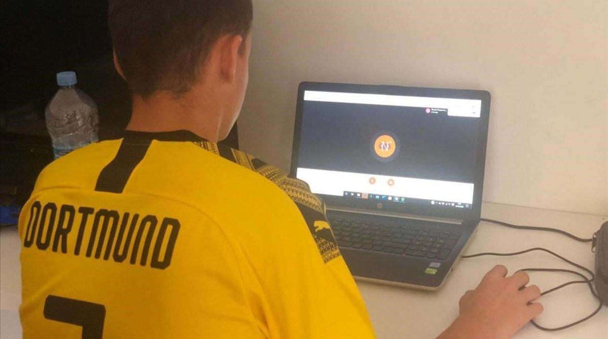 Jordi, alumno de 14 años del Liceo Francés, de Gavá, recibiendo esta misma mañana su clase, conectado desde su casa en Castelldefels.