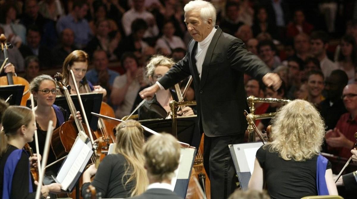 Vladimir Ashkenazy dirigiendo a la Joven Orquesta de la Unión Europea (EUYO) en un concierto del festival Proms de la BBC, en el Royal Albert Hall de Londres, en agosto del 2006.
