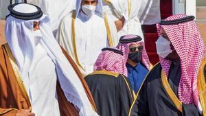 El príncipe Mohammed bin Salman saluda al emir de Catar, Tamim bin Hamad Al-Thani, a su llegada a la cumbre de países del Golfo este martes.