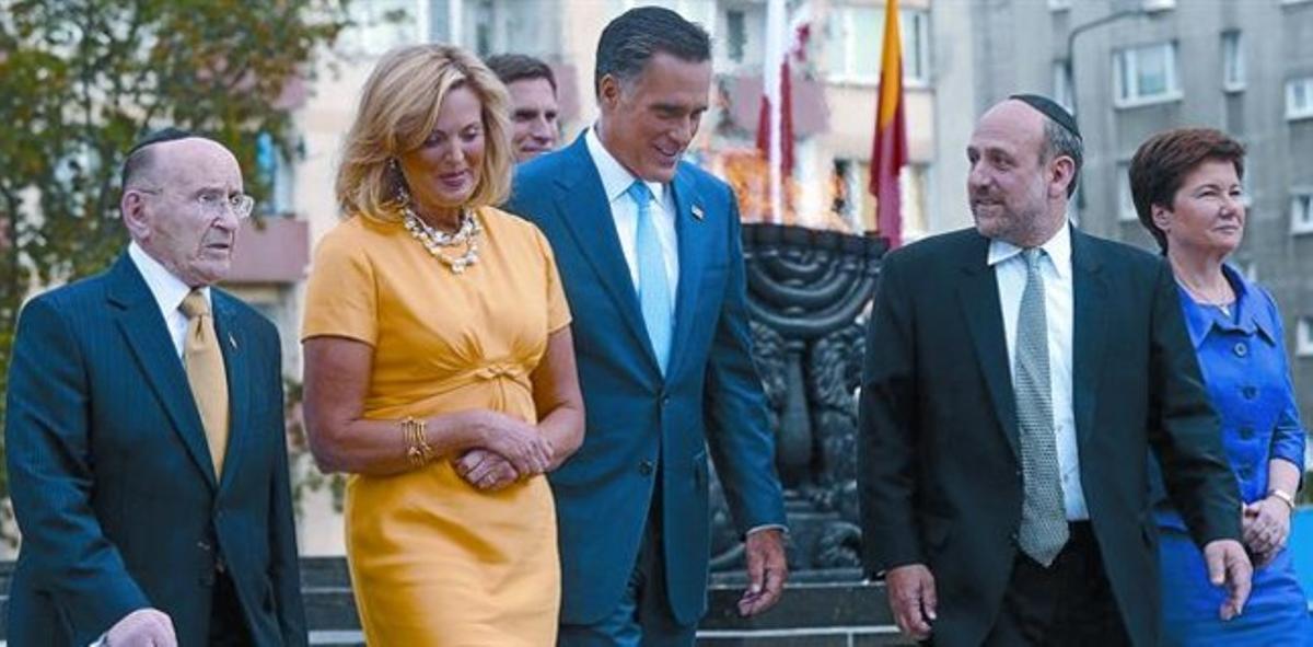 El candidato republicano a la presidencia de EEUU, Mitt Romney, junto a su mujer, y el alcalde de Varsovia (derecha), en la capital polaca.