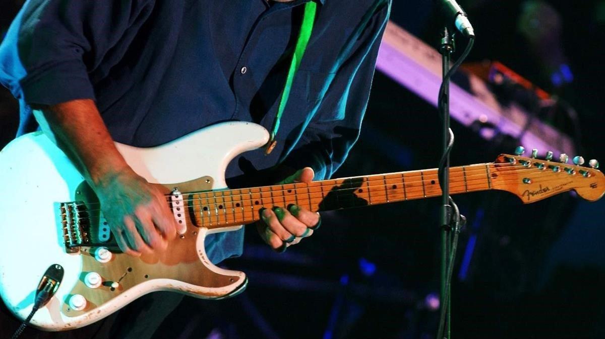 David Gilmour, con una Fender Stratocaster 001 en Londres, en septiembre del 2004