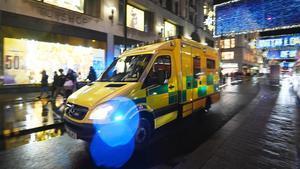 Más de 20 millones de personas están confinadas en Inglaterra. En la foto, una ambulancia circula por Oxford Street, en Londres.