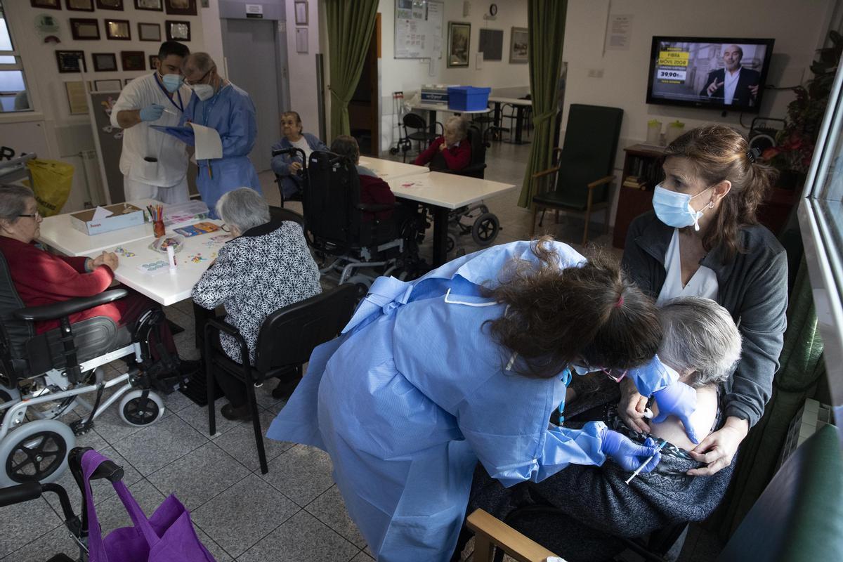 Vacunación contra el coronavirus en el geriátrico Sant Pere de les Fonts de Terrassa, el 4 de febrero.