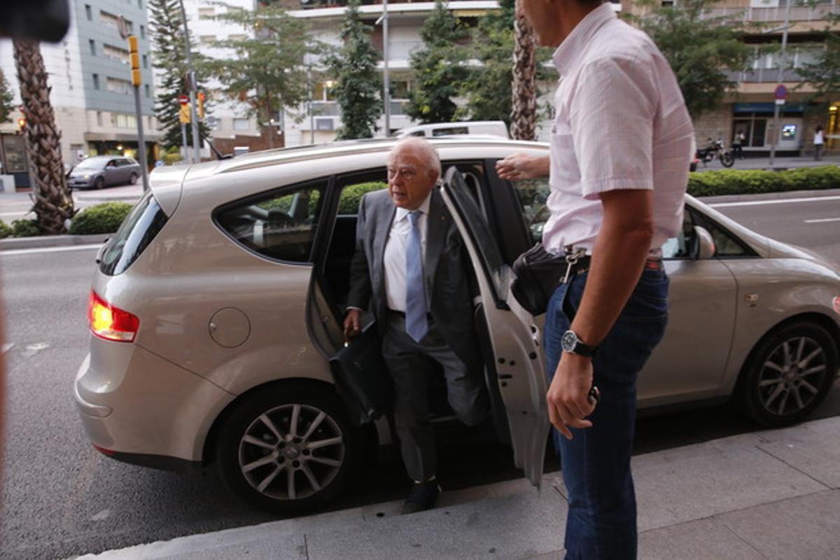 El expresidente de la Generalitat Jordi Pujol, con el pie derecho sin zapato, llega a su domicilio.