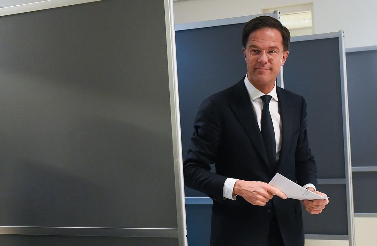 El primer ministro holandés, Mark Rutte, tras depositar su voto.