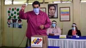 El presidente venezolano, Nicolás Maduro, depositando su voto.