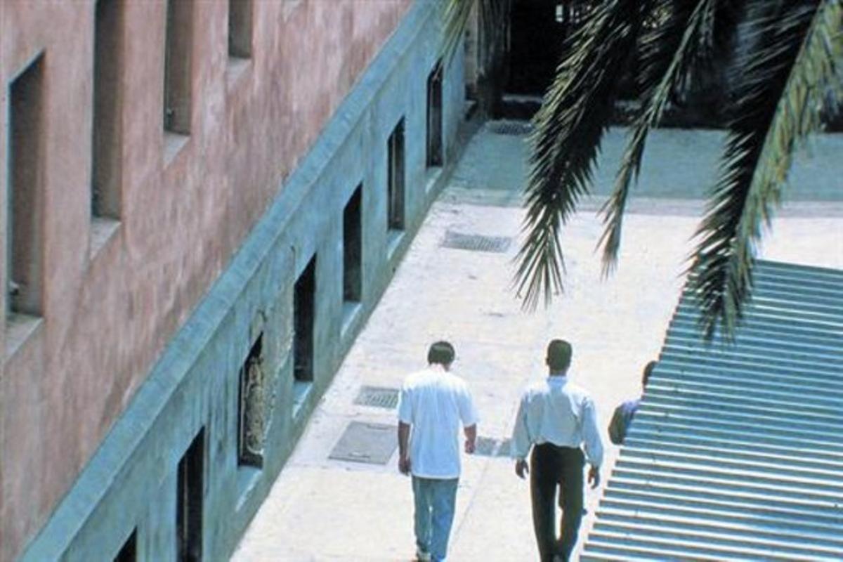 Unos internos pasean por el patio de la prisión de Poggioreale, en Nápoles, donde está preso Óscar Sánchez.
