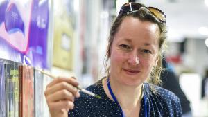 La ilustadora alemana, Bárbara Yelin, dedicando ejemplares de su nuevo libro, Irmina, en el Salón Cómic Barcelona 2019