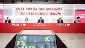Pedro Sánchez, flanqueado por Cristina Narbona y José Luis Ábalos, este 14 de septiembre durante la reunión de la ejecutiva federal del PSOE.