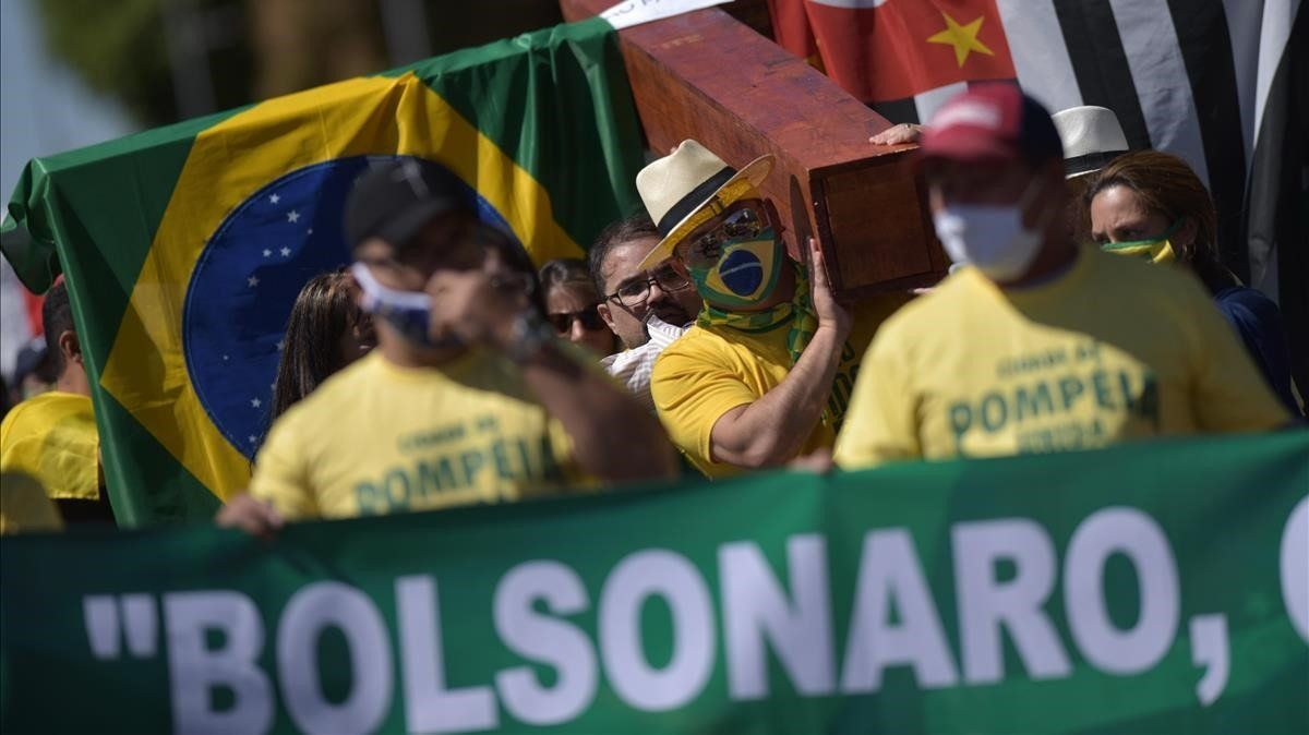 Simpatizantes del presidente Bolsonaro le muestran su apoyo en una marcha en Brasilia.