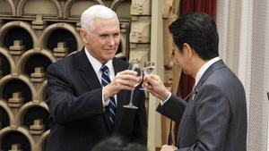 El vicepresidente de EEUU, Mike Pence, brinda con el primer ministro de Japón, Shinzo Abe, durante la cena en su visita a Tokio.