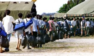 Refugiados llegan a Nauru, enviados por Australia, que no les quiere acoger y paga a la isla para que se haga cargo de examinar las solicitudes de asilo.