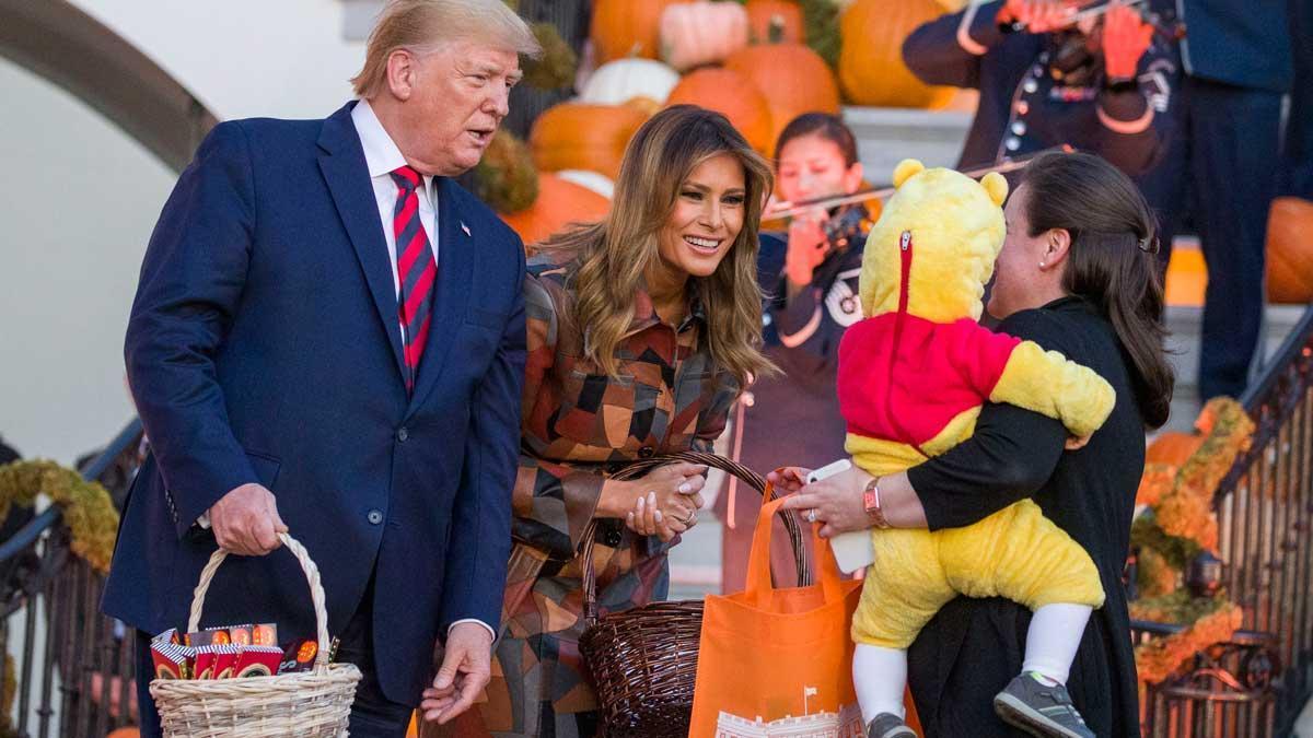 Donald Trump i Melania reparteixen caramels als nens a la Casa Blanca