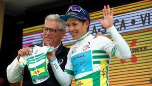 Miguel Ángel López recibe de manos de Rubèn Peris, máximo responsable de la Volta, un 'maillot' hecho a medida de su hijo Miguel Jerónimo, que nace en unos pocos días.