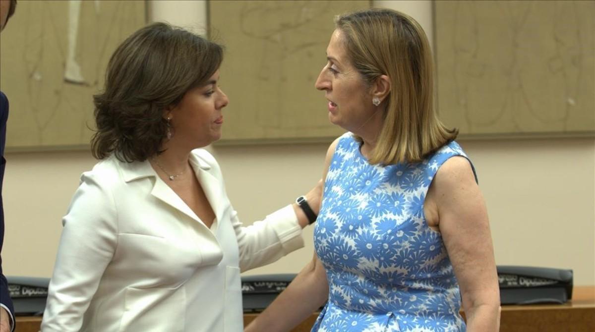 La vicepresidenta del Gobierno, Soraya Sáenz de Santamaría, saluda a la presidenta del Congreso, Ana Pastor, este martes.