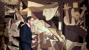 El ministro de Exteriores ruso, Sergei Lavrov, pasa por delante del tapiz del 'Guernica' colgado en la sede de la ONU, en el 2003.