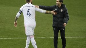 Ramos saluda a Marcelino, el técnico del Athletic, en la semifinal de la Supercopa.