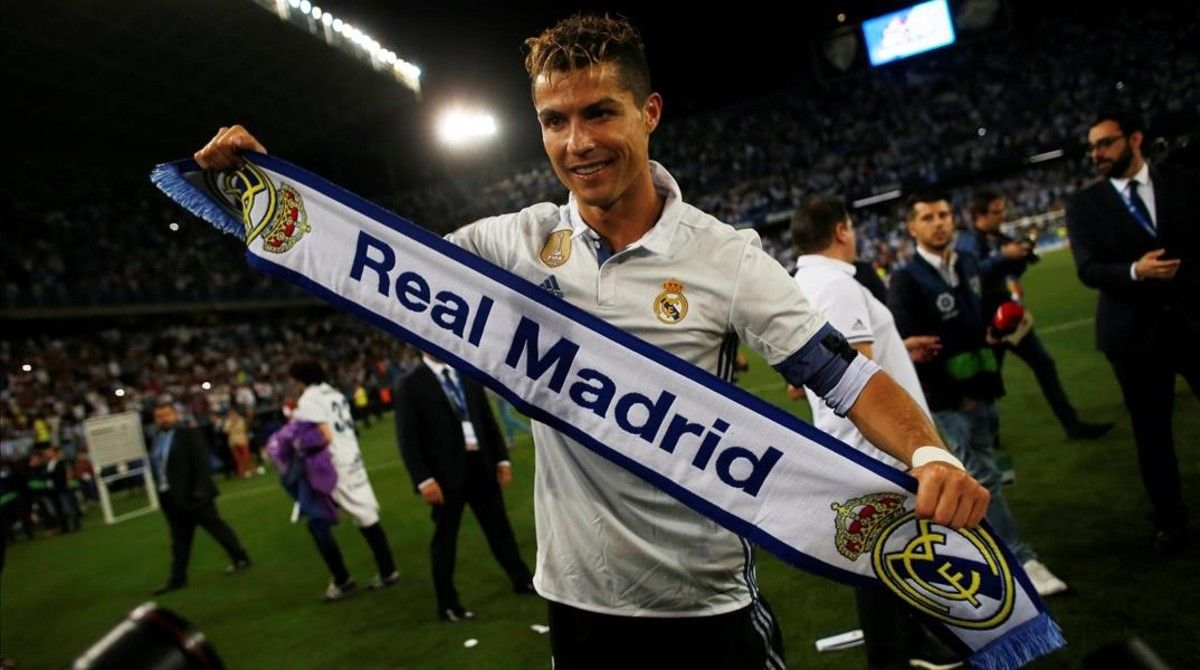 Cristiano Ronaldo, con una bufanda del Madrid.